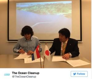 Slat and Tsushima Island mayor Yasunari Takarabe signed a mutual agreement for the pilot program. picture: Boyan Slat TWitter